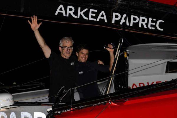 Vincent Riou et Sébastien Simon ont franchi la ligne d'arrivée à 4heures 20 ce lundi matin 11 novembre