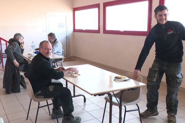 La salle des fêtes de Marmoz a été transformée en salle de restauration pour les ouvriers