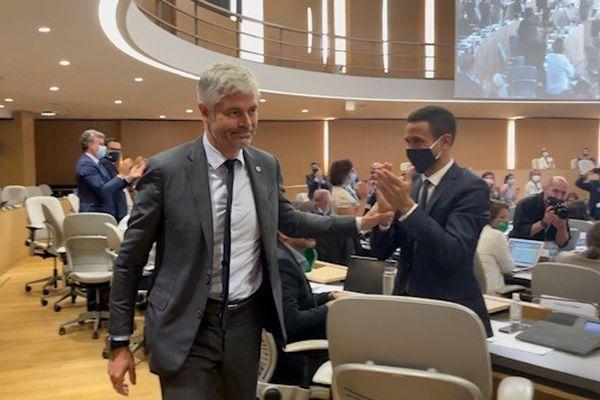 Laurent Wauquiez (Les Républicains) vient d'entendre les résultats et se lève pour rejoindre le fauteuil de président de la Région