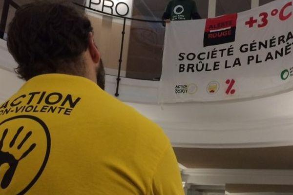 Le GIGNV et les Amis de la terre ont mené une action non-violente à l'agence de la Société Générale, place Royale à Nantes, le 14 décembre 2019