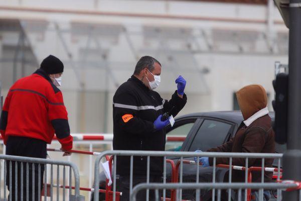 Comme au tout début du cluster et des premières contaminations, les contrôles continuent à l'hôpital de Perpignan avec la réouverture des consultations classiques, mais port de masques obligatoire pour les patients - avril 2020.