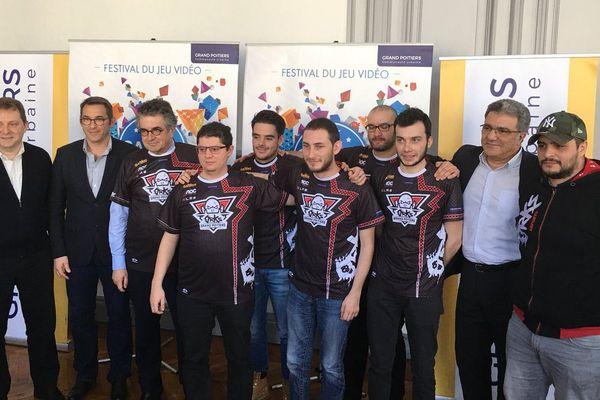 Photo de groupe à l'annonce du sponsoring de l'équipe esport des orKs par Grand Poitiers