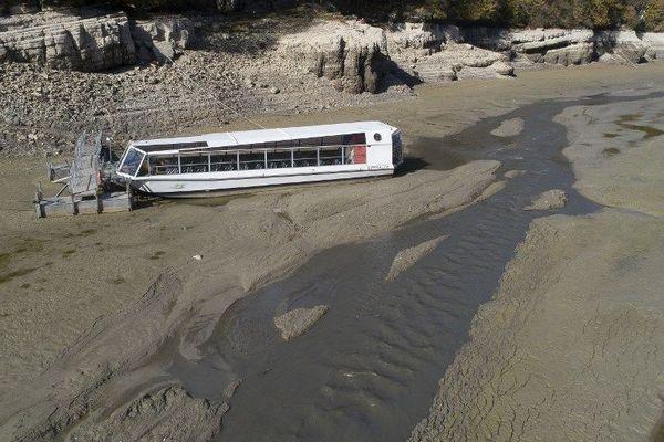 La navigation a été stoppée sur la rive suisse du Doubs. Les Français ont du déplacer leur ponton de départ dans ce lieu très fréquenté par les touristes.