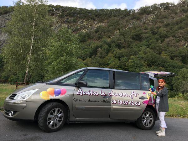 la voiture publicitaire d'Anita le clown, en tournée