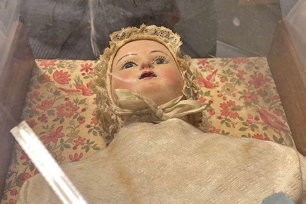 La poupée dans sa boîte originale au musée de l'Hospice Comtesse