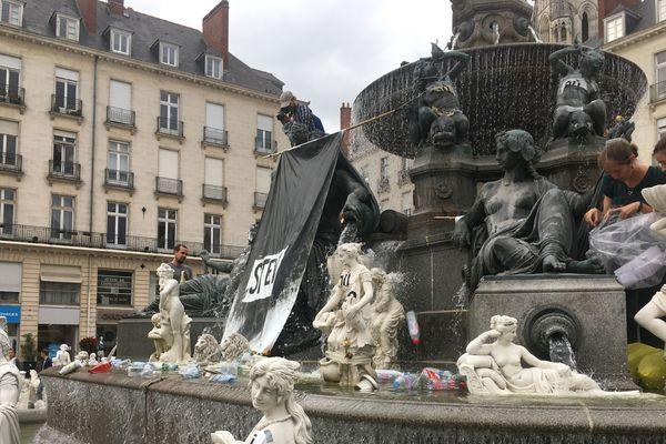Les militants ont jeté des bouteilles dans la fontaine pour illustrer la pollution.