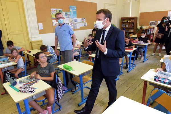 Illustration - Emmanuel Macron favorable à l'enseignement immersif dans les classes.