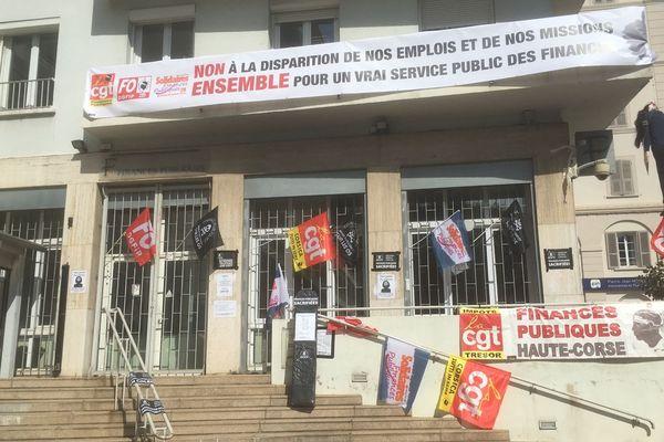 Si vous allez au centre des impôts du centre ville, à Bastia, nous trouverez porte close. Mais entre midi et deux.