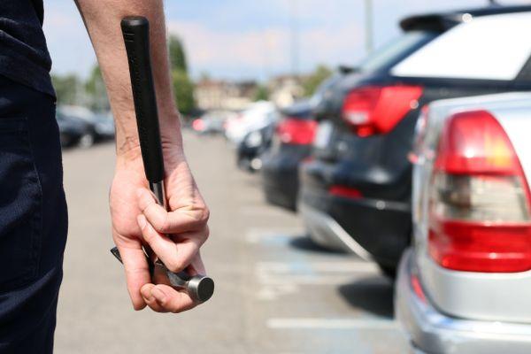 Un homme d'apprêtant à voler une voiture.