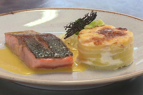 Truite au safran et gratin dauphinois, plat principal proposé aux élèves de l'cole de Montigny-sur-Aube (Côte-d'Or)