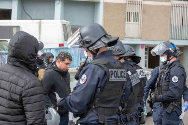 """A Marseille, les policiers """"harcèlent"""" les plateformes de stupéfiants restantes."""