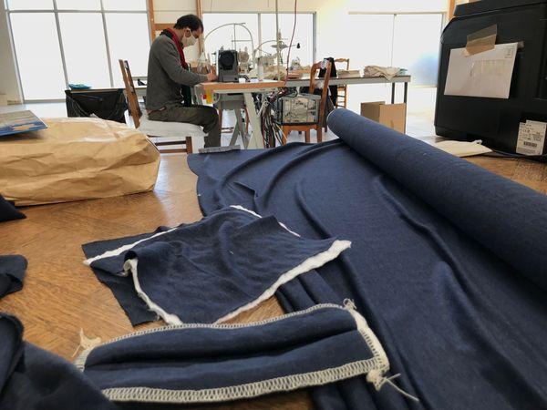 Le tissu en lin tricoté et un prototype de masque, actuellement en attente de certification