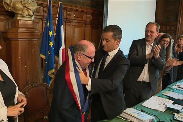 Gérald Darmanin cède son écharpe de maire tricolore à Didier Droart.