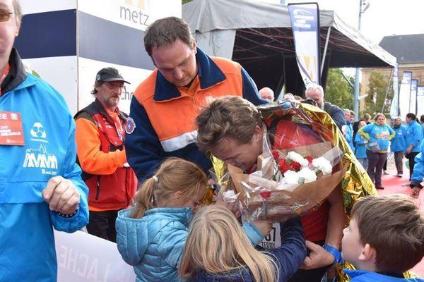 Le dernier coureur Teddy Dubreuil accueilli et félicité par ses deux filles Ludivine et Mathilde et son neveu Anakin.
