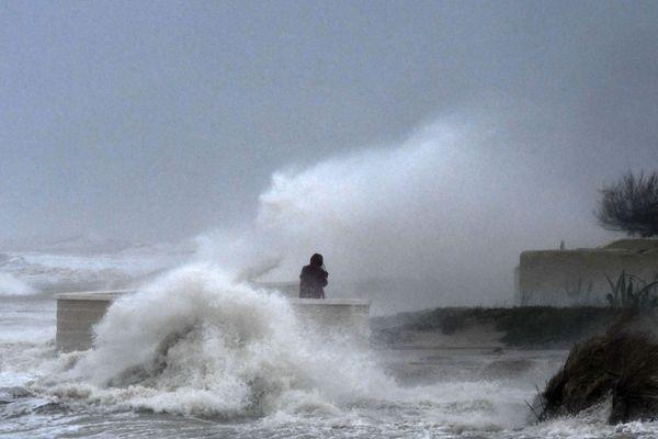 Après avoir frappé l'est de l'Espagne et fait trois morts, la tempête Gloria arrive sur le littoral français.