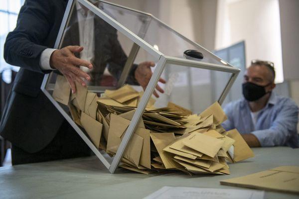 Des bulletins de vote dans une urne. / © EMMA BUONCRISTIANI / MAXPPP