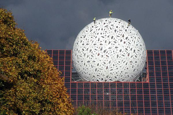 La Boule est en place au Futuroscope.