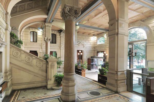 Inauguré en 1886, l'hôtel de ville – le «Château », comme on l'appelle parfois – est aujourd'hui inscrit au titre des monuments historiques. Empruntant au style Renaissance, incarnation des mairies qui ont poussé à l'ombre de la Troisième République triomphante, celui-ci s'apprête à profiter d'une rénovation qui permettra de remplacer pour la première fois les ardoises de ses toits et de nettoyer ses façades souillées par la pollution.