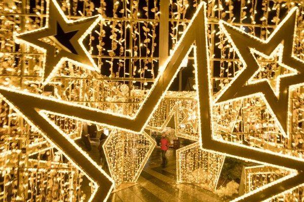 La magie de Noël s'invite au palais des Papes à Avignon.