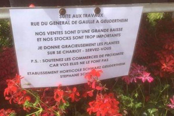Des chariots débordant de fleurs gratuites ont été installés à Hoerdt et Weyersheim.