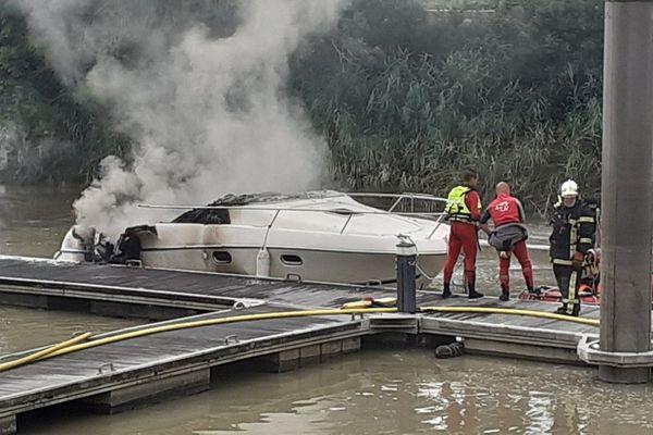 Un canot de 5 m amarré au quai du Cdt Lucas à Couëron a été la proie des flammes ce jeudi matin en dépit de l'intervention des pompiers
