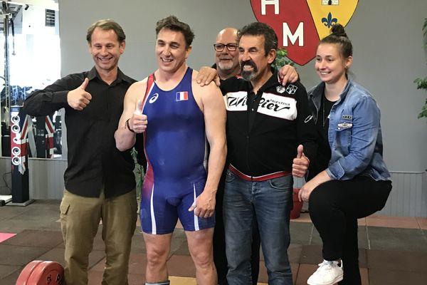 Avec son maillot bleu de l'Équipe de France, Claude Rollée a remporté son premier titre de Champion du monde dans la catégorie moins de 50 ans et moins de 89 kilos.