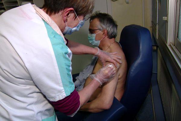 Le Dr Luc Thiberville, 64 ans, chef de service pneumologie au CHU de Rouen est l'un des premiers à recevoir le vaccin en Normandie.