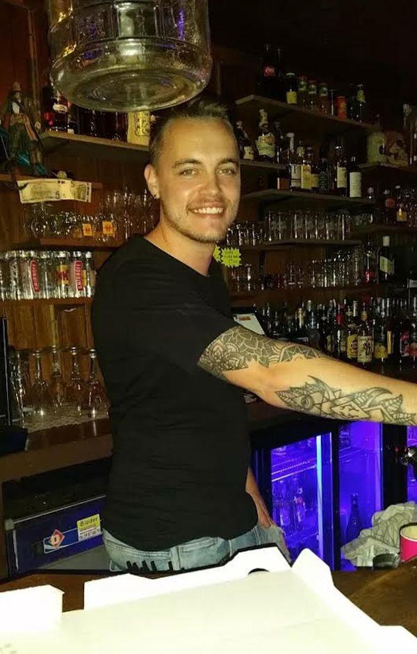 Maxime Telliez, 27 ans, a travaillé cinq ans comme barman avant de quitter ce métier à cause de la crise du Covid-19.