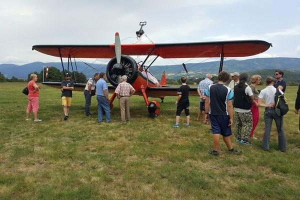 Quatre avions de collection, des Stearman, sont venus spécialement pour se montrer au public pour les 80 ans de l'aérodrome d'Ambert