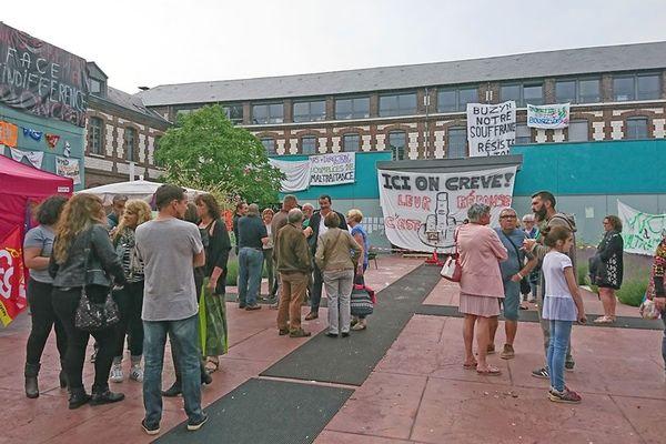 Les salariés attendent dans la cour de l'hôpital de Saint-Etienne-du-Rouvray