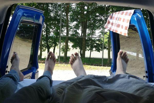 Les pieds d'Anthony, à gauche. Et ceux de Bertrand, à droite. Enfin, d'après nos déductions.