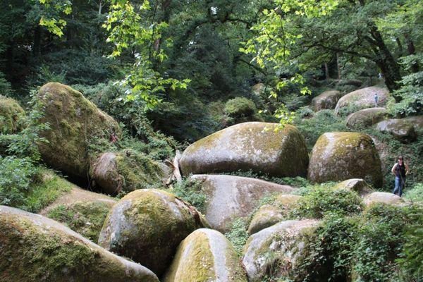Que vous arriviez à vélo ou en voiture, la forêt d'Huelgoat et ses chaos rocheux valent le détour.