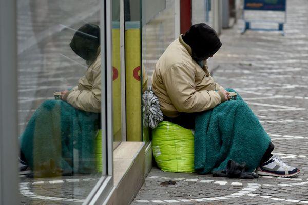 Une personne sans abri dans la rue