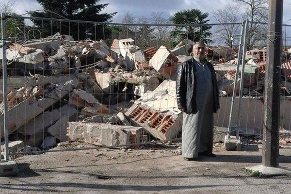 Ali, l'un des réfugiés syriens devant la maison qui lui servait d'abri depuis 6 mois