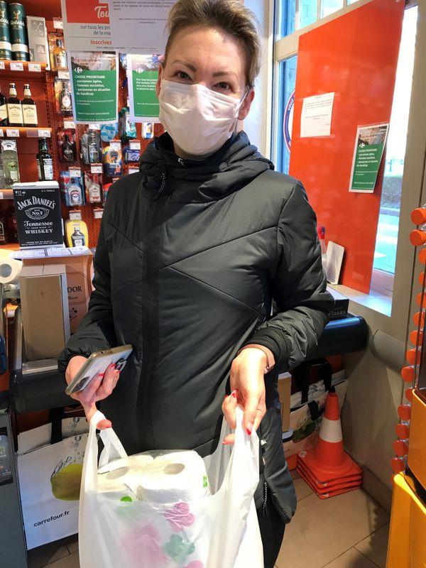 Nathalie a décidé d'acheter au compte-gouttes plutôt que de stocker, pour pouvoir sortir régulièrement dans le quartier.