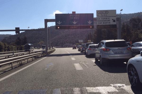 L'autoroute est bouchée au niveau du péage de La Turbie.