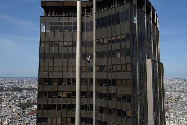 La tour Montparnasse, avec 59 étages, a une hauteur de 210 mètres.