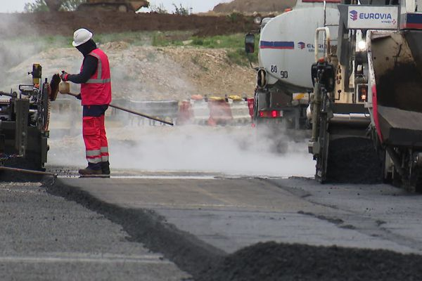 Le département de la Charente a opté pour un procédé plus écologique pour refaire l'enrobé des routes.