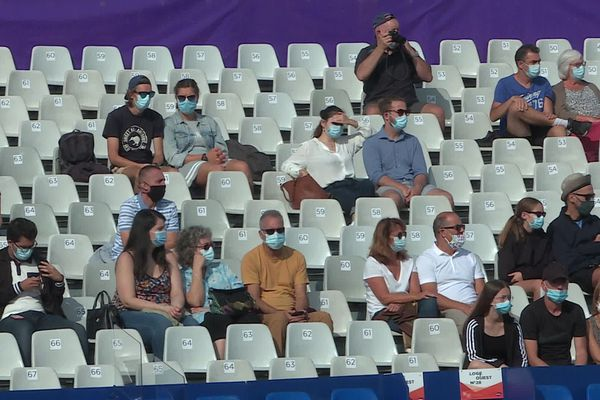 Ce n'est pas le public en tribune qui gêne la joueuse, mais dans les allées où de nombreuses personnes demandent photos et autographes