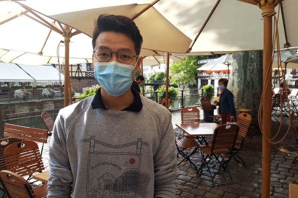 Vincent Chou, serveur à La Corde à linge, essaie de ne plus penser à sa vaccination.