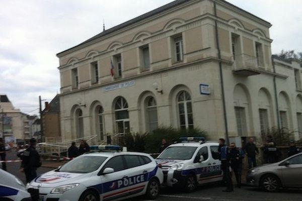 Des policiers du commissariat de Joué-lès-Tours ont été attaqués au couteau, hier, par un jeune homme de 20 ans.