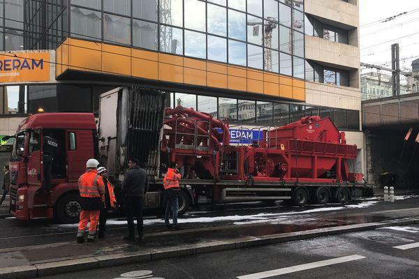 Le camion transportait une machine à trier la boue pour un chantier sur la Part-Dieu.