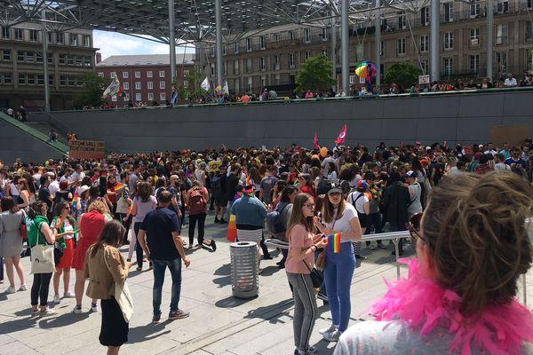 Rassemblement pour la marche des fiertés à Amiens devant la gare samedi 22 juin 2019