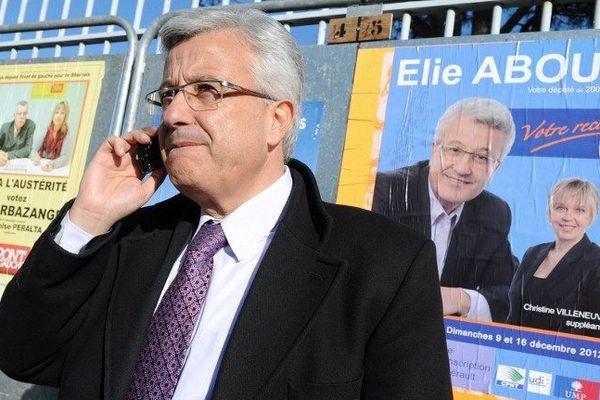 Elie Aboud UMP vainqueur de ce premier tour devant l'un des bureaux de vote de Béziers le 9 décembre 2012
