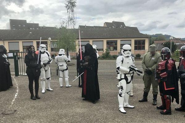 Stormtroopers  ou parents, tout le monde a le même doute en arrivant devant école : c'est à quelle heure que ça sonne déjà ?