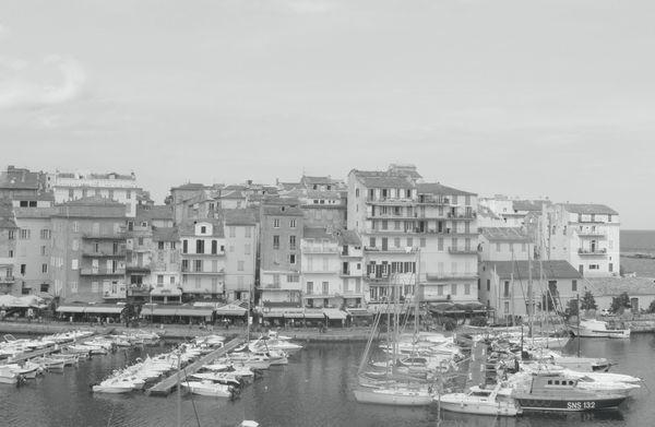 Dans U Balcone, ce n'est pas le Bastia si cher à Ghjacumu Thiers qui est le décor de l'histoire