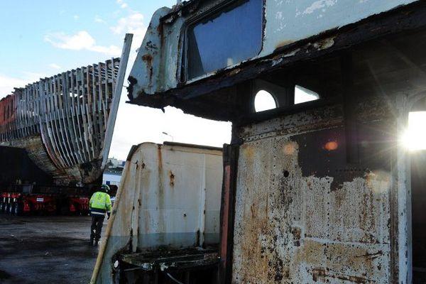 La Calypso (en triste état) sortie ce matin de son hangar, 7 ans après son arrivée dans le chantier Piriou à Concarneau