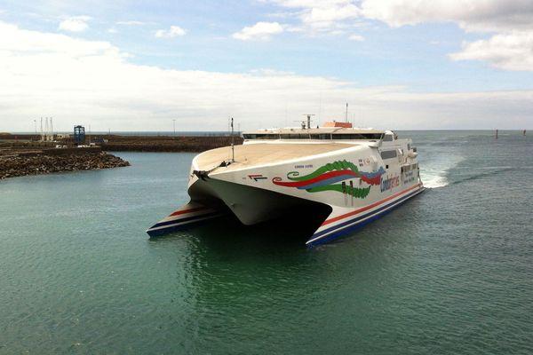 L'hydroglisseur de Condor Ferries dans le port de Saint-Hélier à Jersey