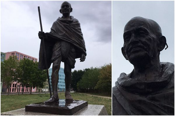 Les lunettes ornant la statue de Gandhi ont été brisées.