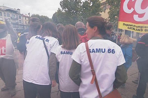 Les soignants de l'hôpital de Thuir et les sapeurs-pompiers des Pyrénées-Orientales se sont réunis à Perpignan pour protester contre le manque de moyens dans leurs professions - 11 septembre 2019.
